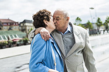 Senior man kissing his wife - UUF008067