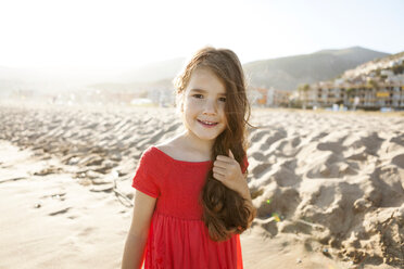 Portrait of smiling little girl on the beach - VABF000689