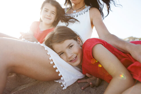 Portrait of little girl together with mother and sister on the beach - VABF000692