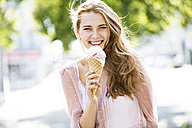 Portrait of young blond woman eating ice cream - GDF001059