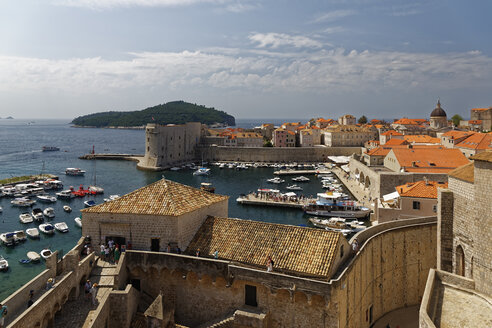 Croatia, Dubrovnik, Harbour and old town with city wall - GFF000658