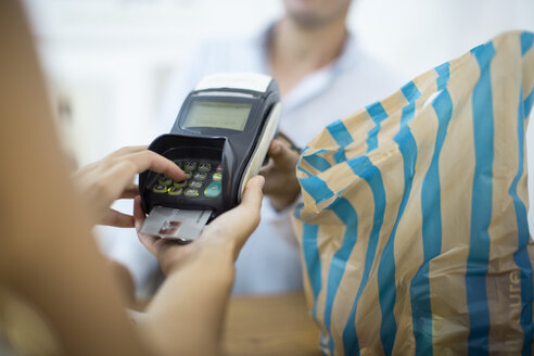Paying with credit card in a shop - ZEF009103