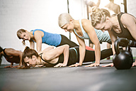 People in gym doing push ups - MAD000986