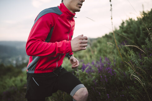 Trail runner man training in nature in the evening - RAEF001302