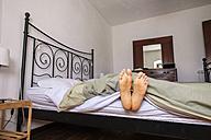 Woman lying in bed, feet - SIPF000662