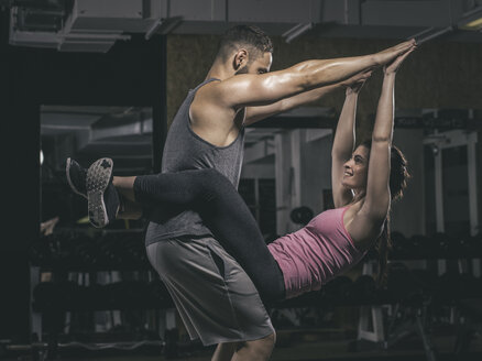 Fitness, couple in gym - MADF001022