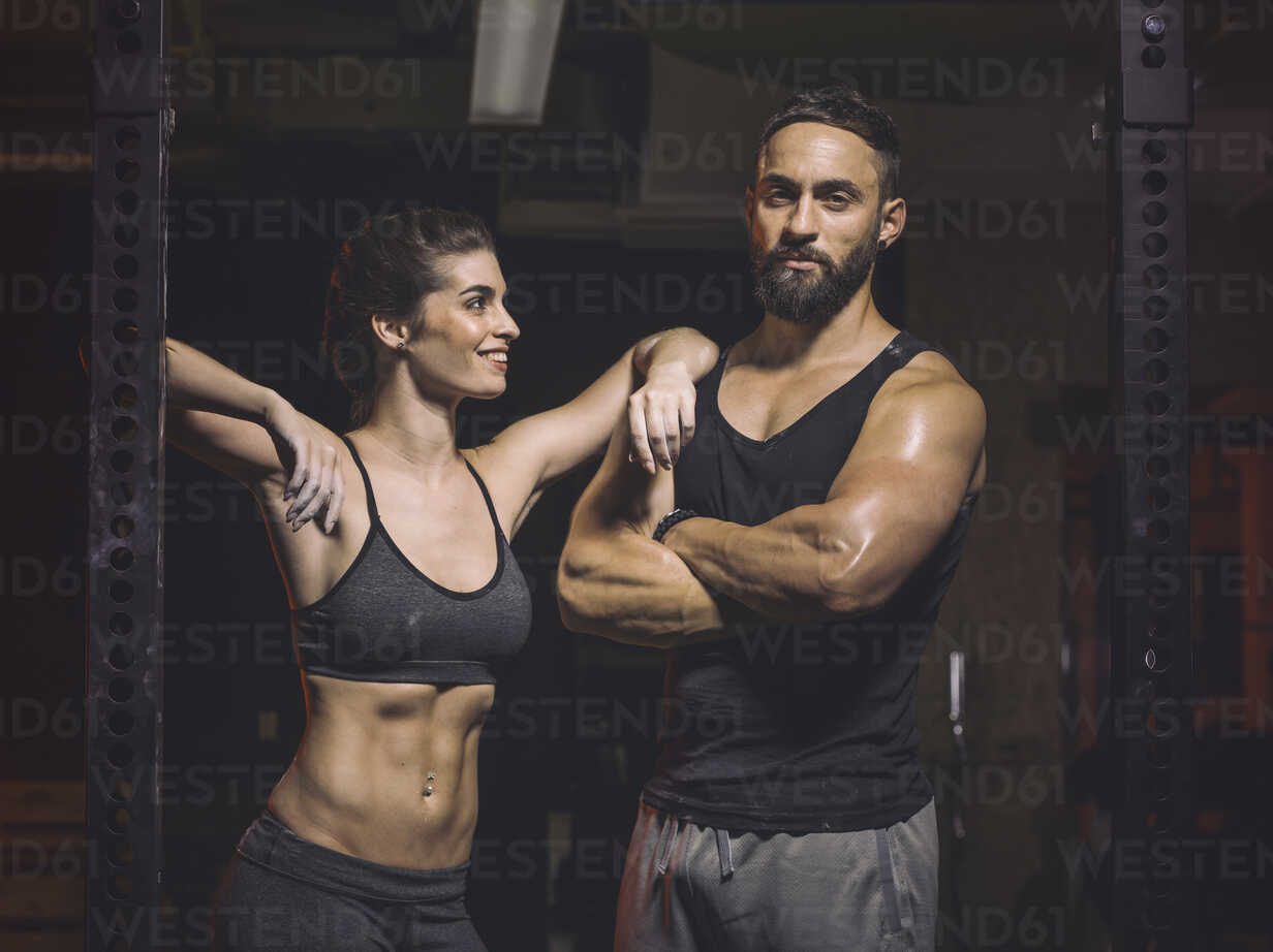 Fitness, couple in gym - MADF001028 - Matthias Drobeck/Westend61