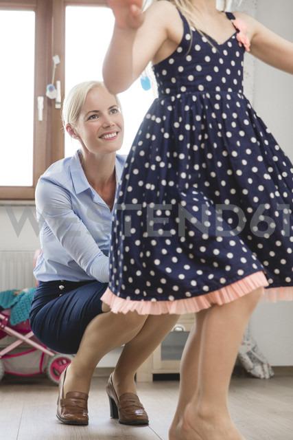 Businesswoman watching her little daughter dancing at children's room - MIDF000779 - Miriam Dörr/Westend61