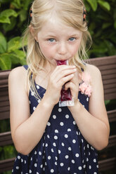 Blond little girl eating water ice - MIDF000782