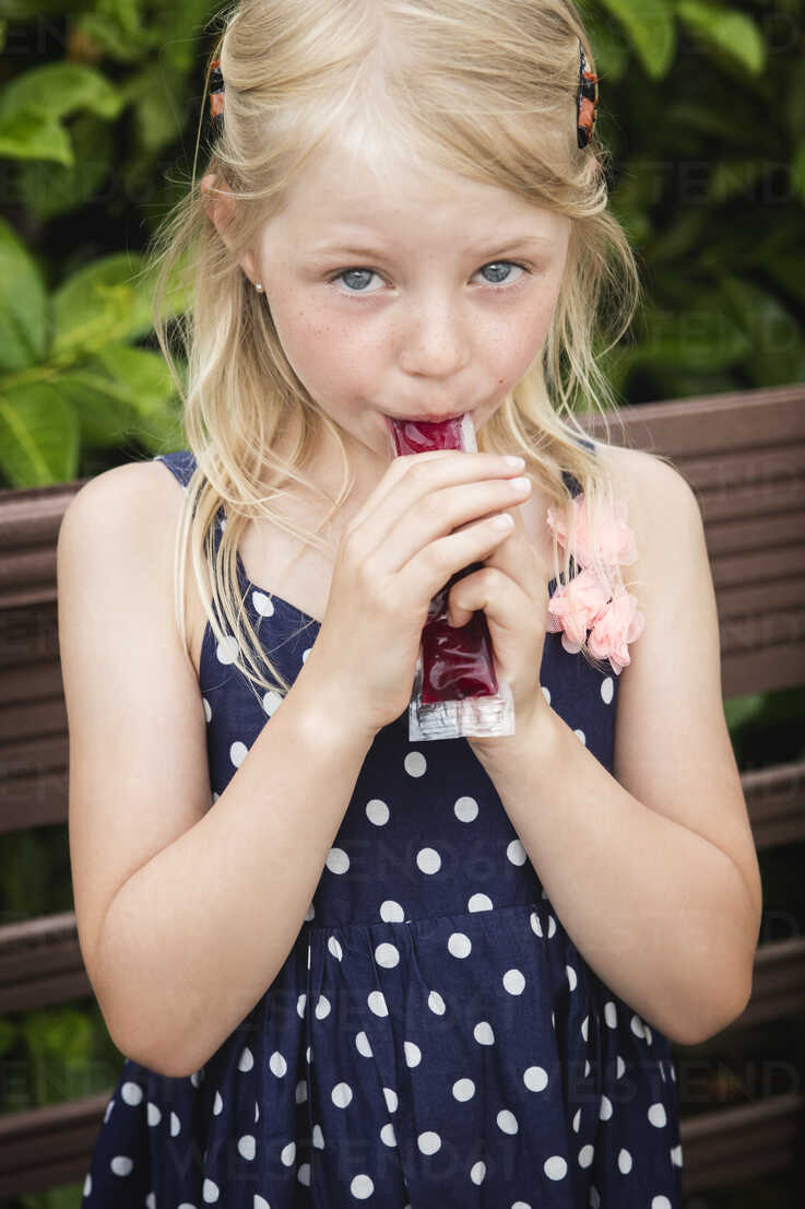 Blond little girl eating water ice - MIDF000782 - Miriam Dörr/Westend61