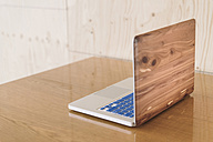 Wooden laptop on desk - RIBF000447