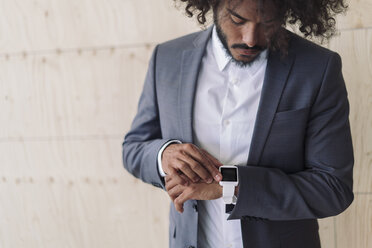 Young businessman using smartwatch - RIBF000570