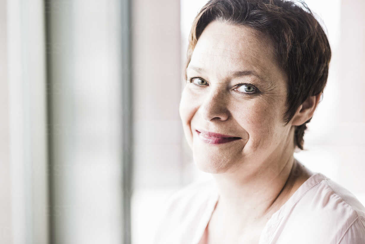 Portrait of smiling businesswoman - UUF008241 - Uwe Umstätter/Westend61
