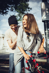 Austria, Vienna, young couple with bicycle - AIF000340