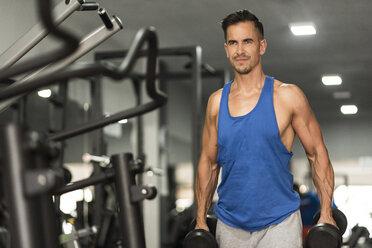 Man lifting dumbbells in gym - JASF000991