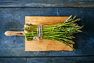 Bunch of green asparagus on wooden board - KIJF000599