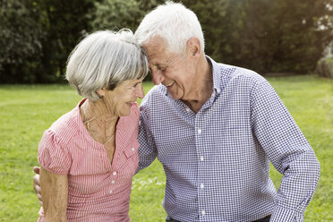 Happy senior couple in garden - RBF004764