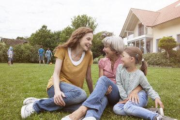 Happy extended family in garden - RBF004767