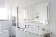 Modern white bathroom - SHKF000618