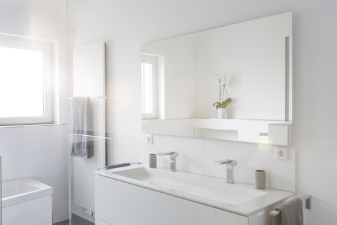 Modern white bathroom - SHKF000618