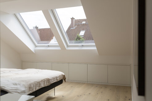 Windows in bedroom of a penthouse - SHKF000633