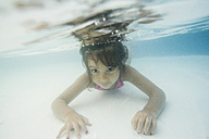 Little girl diving underwater in a paddling pool - JASF001050