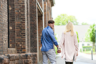 Happy couple strolling through the city - DIGF000877