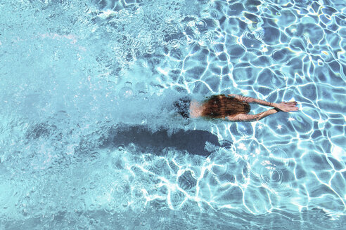 Woman diving underwater in swimming pool - SMAF000519