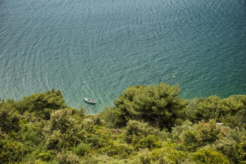 Croatia, Dubrovnik, boat in front of the coastline - CHPF000237