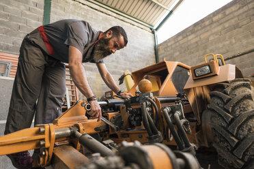 Mechanic repairing olives harvest machine - JASF001070