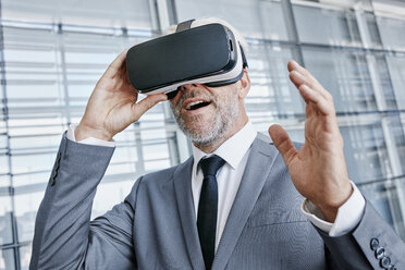 Businessman wearing virtual reality glasses - RORF000251