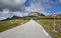 Norway, Southern Norway, Telemark, Hjartdal, empty road - STSF001068