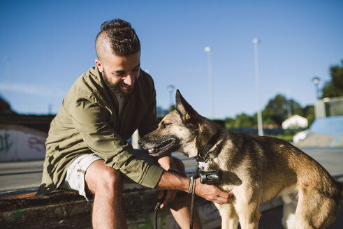Man with his dog in a skatepark - RAEF001346