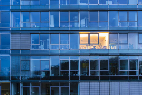 Germany, Cologne, lighted office - WG000924