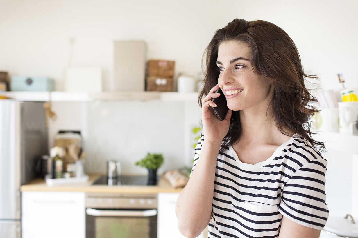 Smiling young woman on cell phone - PESF000270 - Peter Scholl/Westend61