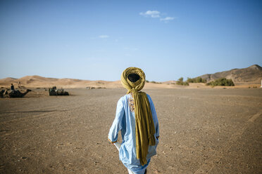 Berber walking in desert - KIJF000695