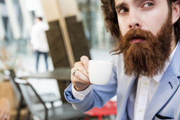 Stylish businessman drinking espresso in a cafe - MAUF000752