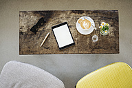 Digital tablet, sunglasses and cup of coffee on table in a cafe - KNSF000224
