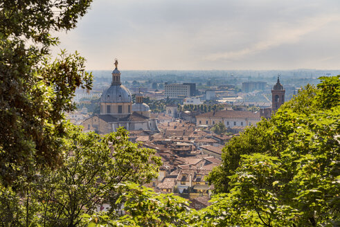 Italy, Brescia, view to the city and cuppola of New Cathedral from Colle Cidneo - CSTF001107