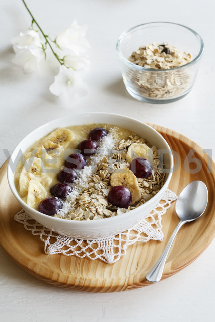 Smoothie bowl with banana, grapevine and oat cocos topping - EVGF003055
