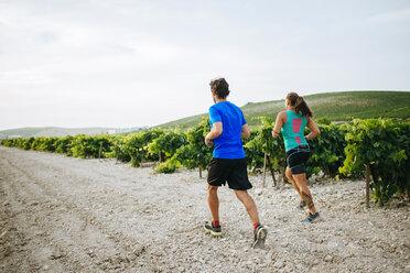 Couple running in a vineyard - KIJF000722