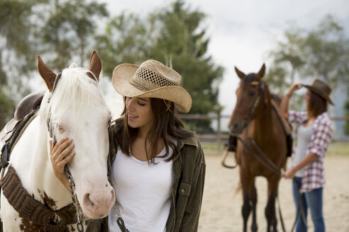 Young women with horse at riding stable - ZOCF000127
