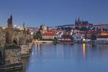 Czech Republic, Prague, Old town, Charles Bridge, Prague Castle and St. Vitus Cathedral in the evening - GFF000731