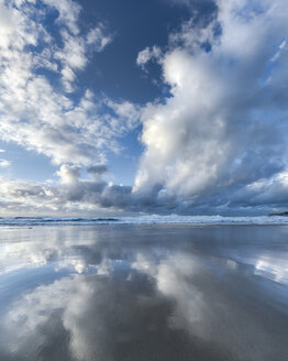 Australia, New South Wales, Sydney, Tasman Sea, beach and clouds, mirrored - GOAF000048