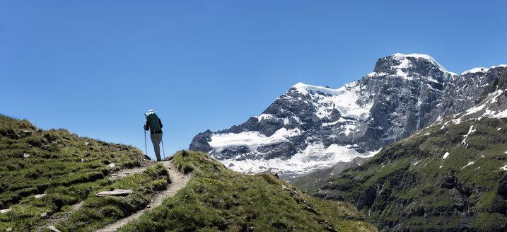 Switzerland, Maountaineers hiking near Chanrion hut - ALRF000668