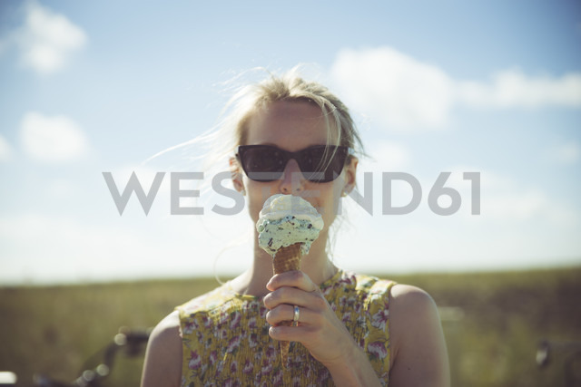 Blond woman with sunglasses eating ice cream - CHPF000292