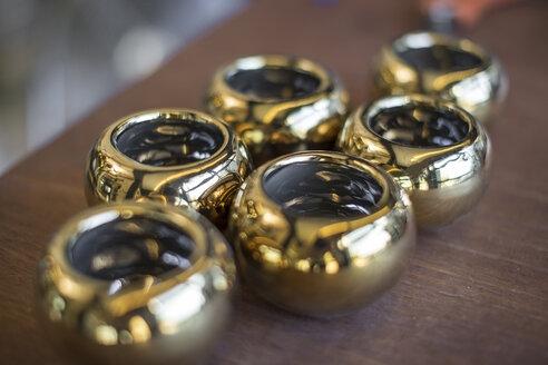 Golden pots in flower shop - ZEF009507