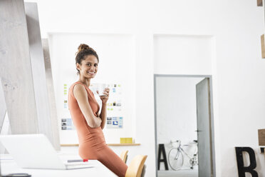 Portrait of smiling woman in office - RBF004954