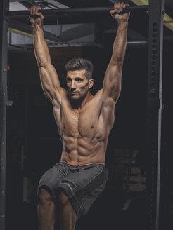 Bodybuilder in gym - MADF001097