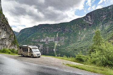 Norway, Hordaland, Eidfjord, caravan at Eidfjordvatnet lake - CSTF001183